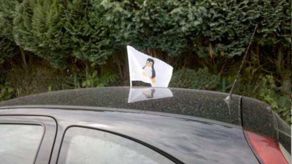 Linux Tux Autofahne am auto montiert